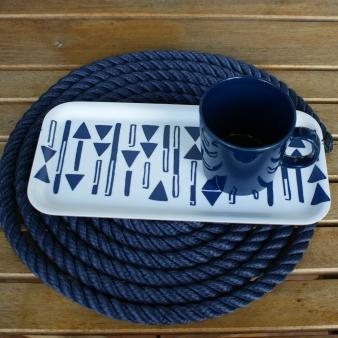 Studio Ishavet kestävä ja tyylikäs merihenkinen pikkutarjotin korvaa lautasen. Vie aamiaisesi ulos ja nauti. Suomalaista koivua ja käsintehty kangas